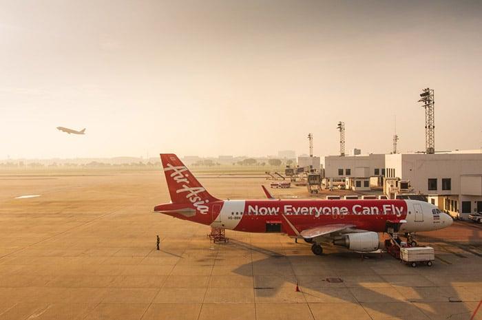 Aereo dell'Air Asia all'aeroporto Don Muang di Bangkok