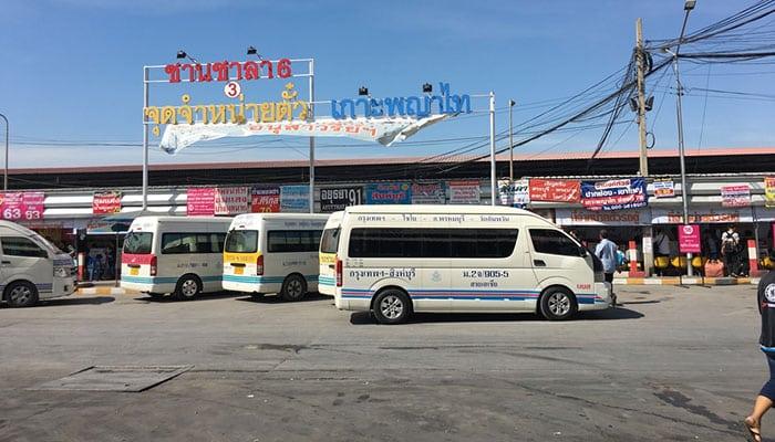 Pulmini alla stazione degli autobus Mo Chit Bus a Bangkok