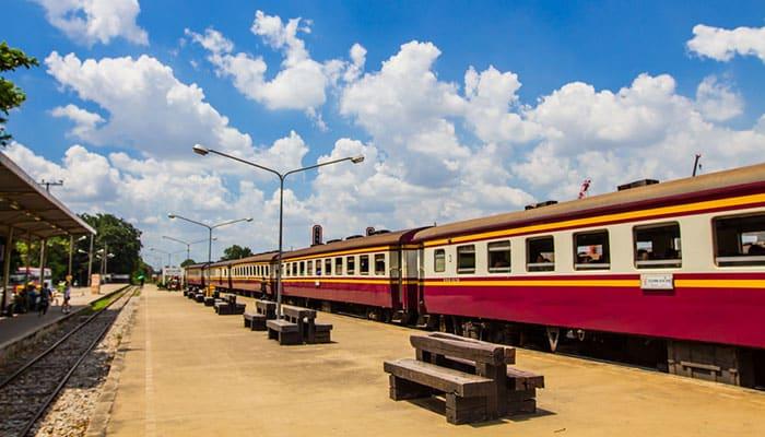 Il treno sulla strada per Ayutthaya da Bangkok