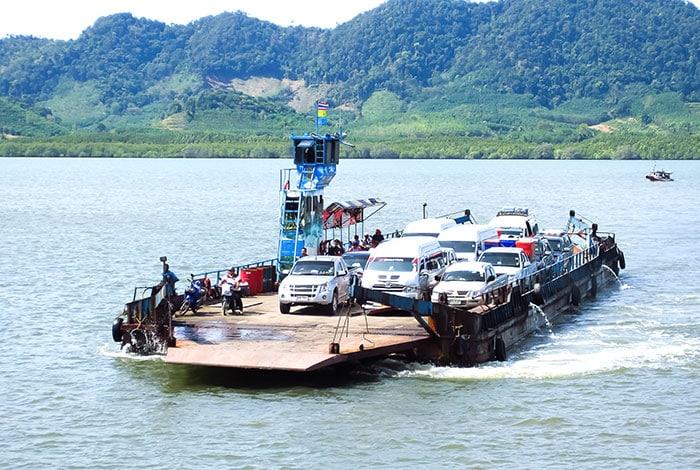 Traghetto per auto che ti porta con una breve traversata dalla terraferma a Koh Lanta