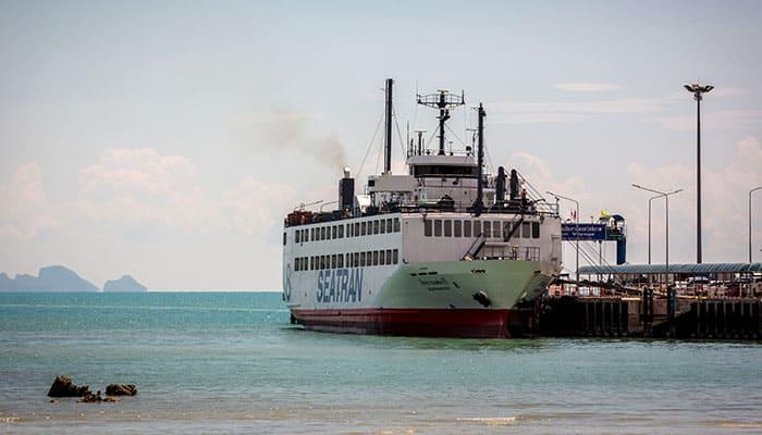 Il grande traghetto Seatran in arrivo a Koh Samui