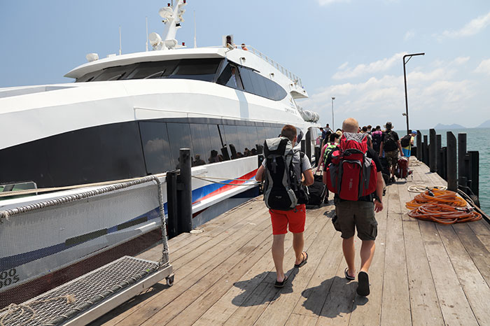 Turisti mentre s'imbarcano sul traghetto Lomprayah