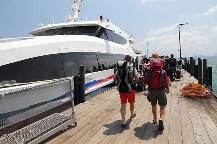 I turisti s'imbarcano sul traghetto Lomprayah
