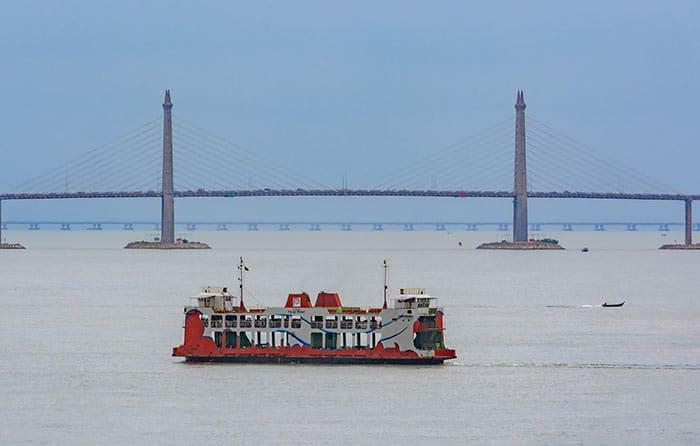 Traghetto o l'autobus sul ponte sono entrambi possibili tra Penang e Butterworth