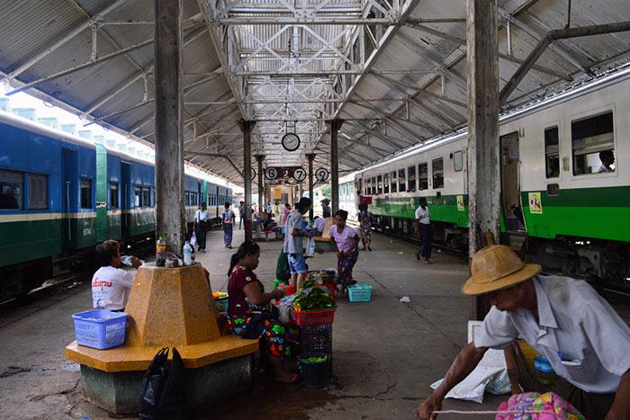 In Treno da Yangon a Bagan